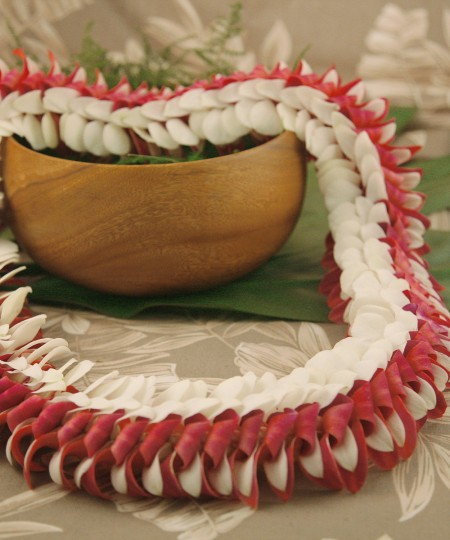 red and white Hawaiian Manoa lei